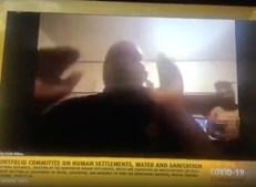Político mostrou mulher nua acidentalmente