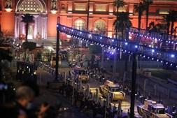 Desfile de múmias no Egito. Antigos reis e rainhas preservados levados para museu no Cairo