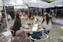 Regresso às esplanadas no primeiro dia da 2ª fase do desconfinamento em Coimbra