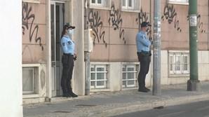 Idosa foi encontrada deitada na cama em casa, em Oeiras, com sinais de crime
