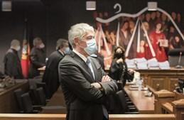 José Sócrates foi, no entendimento do juiz Ivo Rosa, corrompido pelo amigo Carlos Santos Silva com mais de 1,7 milhões de euros através da entrega de dinheiro vivo. Pagou-lhe ainda viagens, livros e outras despesas