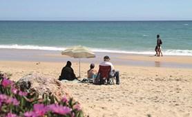 Pessoas aproveitam sol na Praia de Santa Eulália, em Albufeira