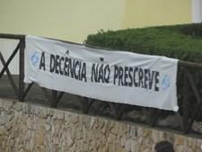 Cartazes com mensagem 'A decência não prescreve' foram colocados junto à casa de Sócrates