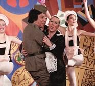 Cantor na revista 'Vivóvelho', no Teatro Variedades, em Lisboa