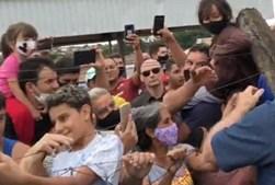 Sem máscara e a tirar selfies: Bolsonaro aparece em ajuntamento em cidade do interior brasileiro