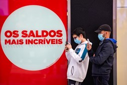 'Chuva de confetti', bailarinos e filas horas de espera na reabertura das lojas de centro comercial da Amadora