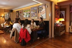 Porto: já se pode comer, beber ou apenas conviver no interior dos cafés, como neste na baixa portuense.