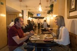 Coimbra: dois meses depois, este restaurante reabriu portas e alguns clientes aproveitaram para almoçar.