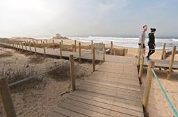 O passadiço de Miramar (Vila Nova de Gaia) oferece um passeio único sobre a praia onde está uma das mais icónicas capelas do litoral Norte, a capela do Senhor da Pedra