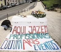 Um dos vários cartazes do funeral da Cultura, em Lisboa