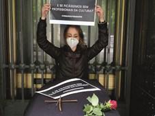 No Porto, profissionais da Cultura simularam o funeral do setor da cultura com um caixão, flores e cartazes