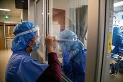 Enfermeiras comunicam através de janelas devido à pandemia da Covid-19