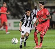 Luquinha tenta opor-se à ação de Darwin, em lance do jogo desta quinta-feira à noite, em Portimão