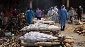 Da falta de oxigénio às cremações em massa: as imagens da catástrofe da Covid-19 na Índia