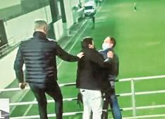 Vítor Baía mete a mão no ombro de Pedro Pinho durante agressões