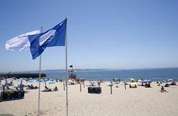 Praia com bandeira azul