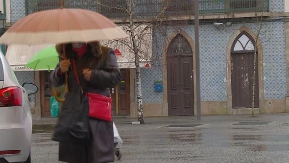 Feriado com chuva e ligeira subida das temperaturas. Veja a previsão para esta terça-feira