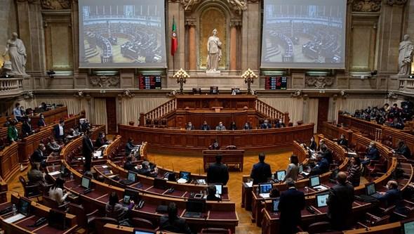 PS e PSD descem nas intenções de voto. Extremos sobem