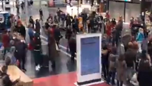 Flashmob transforma Gare de l'Est, em Paris, num palco de música e dança contra o medo. Veja as imagens
