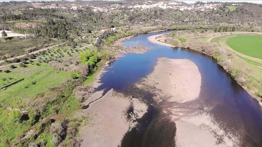O rioTejo, numa extensão de 30 km, nos concelhos de Abrantes e Mação, tem em certos dias o caudal quase seco