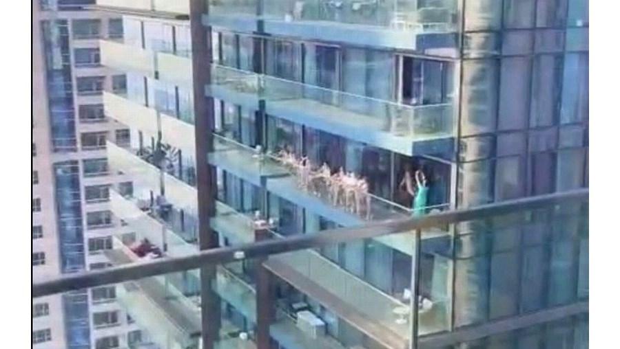 Mulheres foram filmadas a tirar fotos nuas na varanda