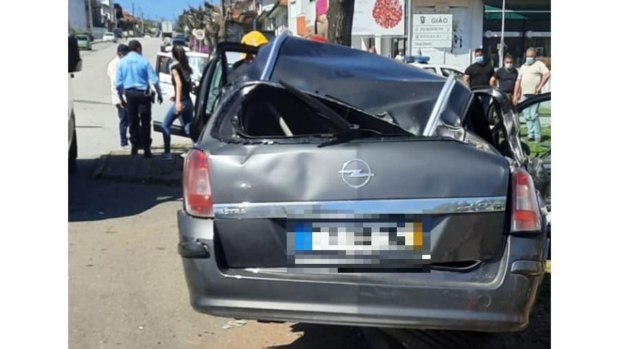 Acidente resulta em dois feridos graves, em Santa Maria da Feira