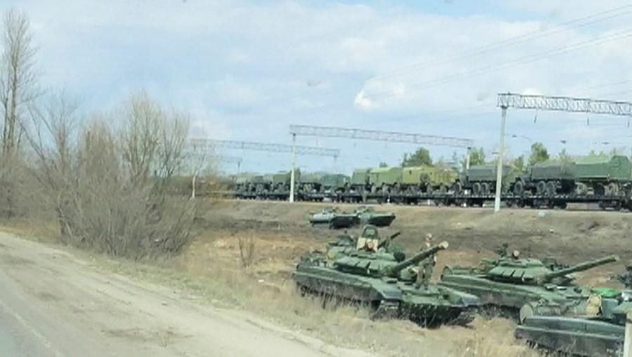 Rússia está a concentrar tropas, tanques e outros meios militares junto à fronteira com o Leste da Ucrânia