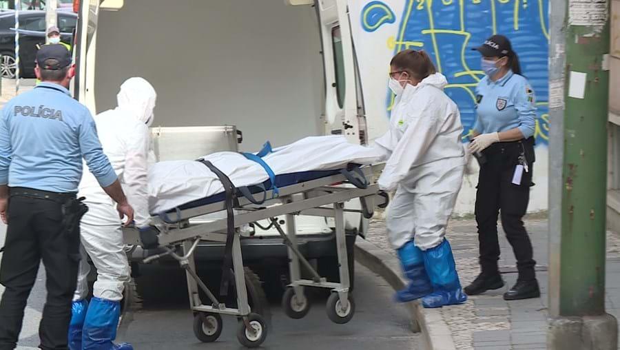 Cadáver de Maria Helena Ribeiro, de 97 anos, foi levado por bombeiros para o Instituto de Medicina Legal. Autópsia será fundamental na investigação da Judiciária