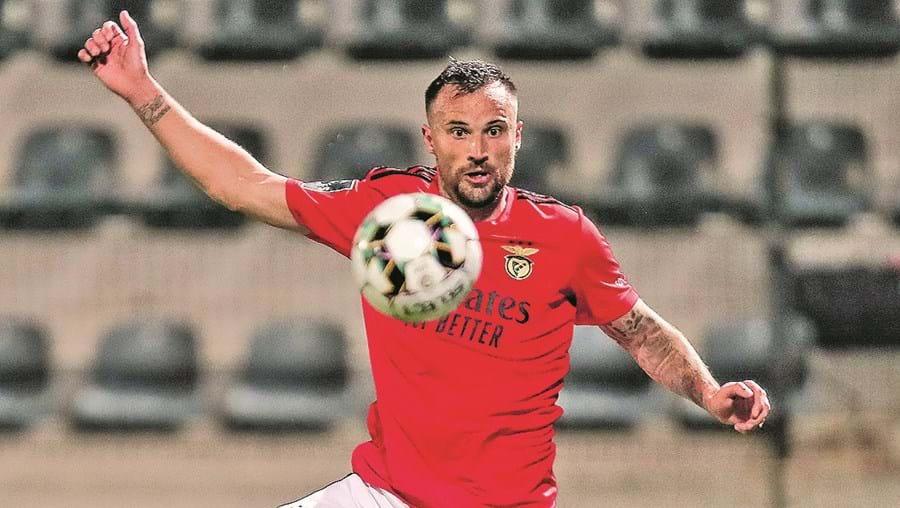 Seferovic, que marcou por duas vezes a Jordi, é o melhor marcador da Liga, com 16 golos, passando Pote, do Sporting