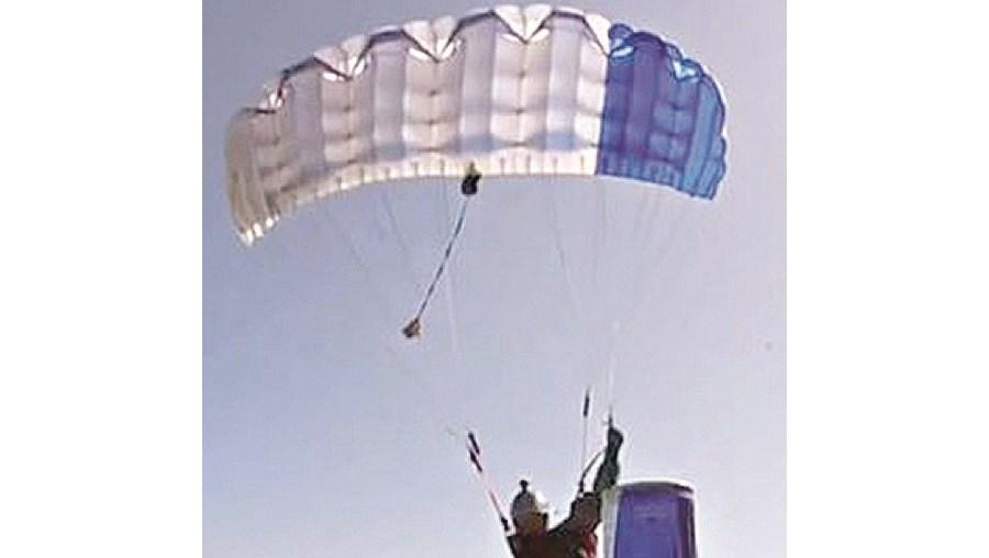Paraquedista apanha lata de refrigerante no chão a 90 Km/h