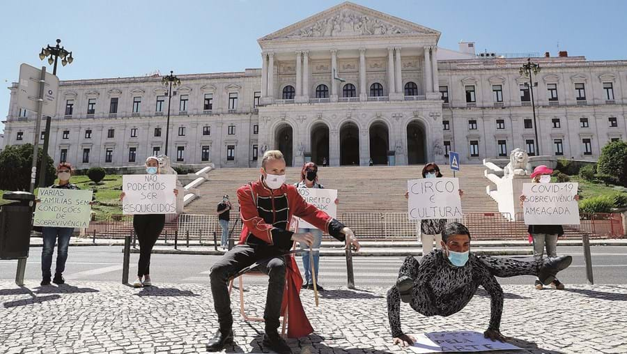 Artistas de circo tradicional protestaram em junho do ano passado em frente à Assembleia da República