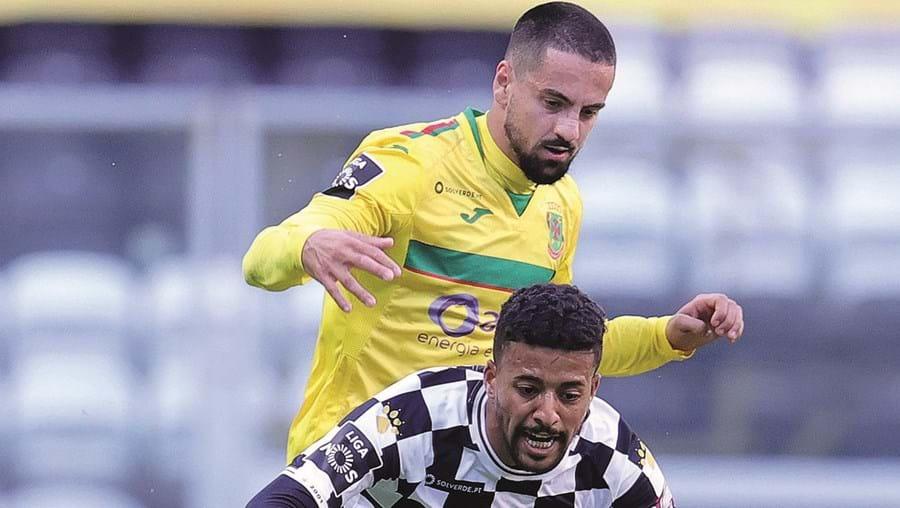 Paulinho, pressionado por Bruno Costa, tenta proteger a bola