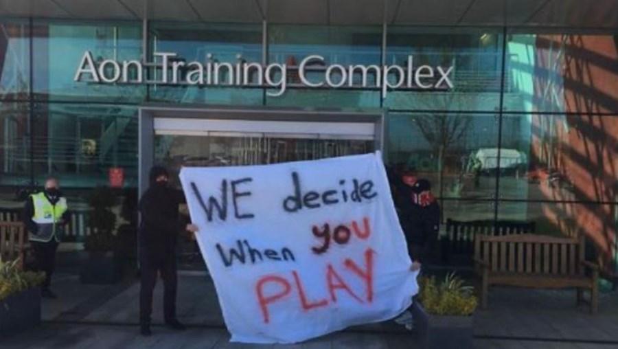 Adeptos do Manchester United manifestam-se contra decisão de participar da Superliga