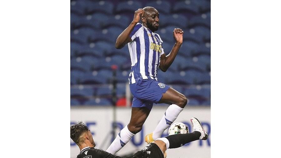 Marega tenta passar por Jorge Fernandes. O avançado maliano marcou o golo que valeu os três pontos ao FC Porto