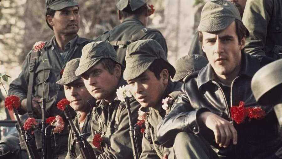 Militares e cravos, uma imagem  para sempre associada ao 25 de Abril