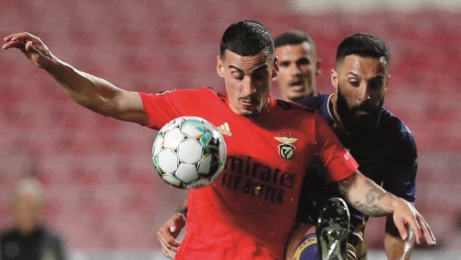 Chiquinho, 'apertado' por Costinha, acabou por marcar o golo que deu a vitória   aos encarnados