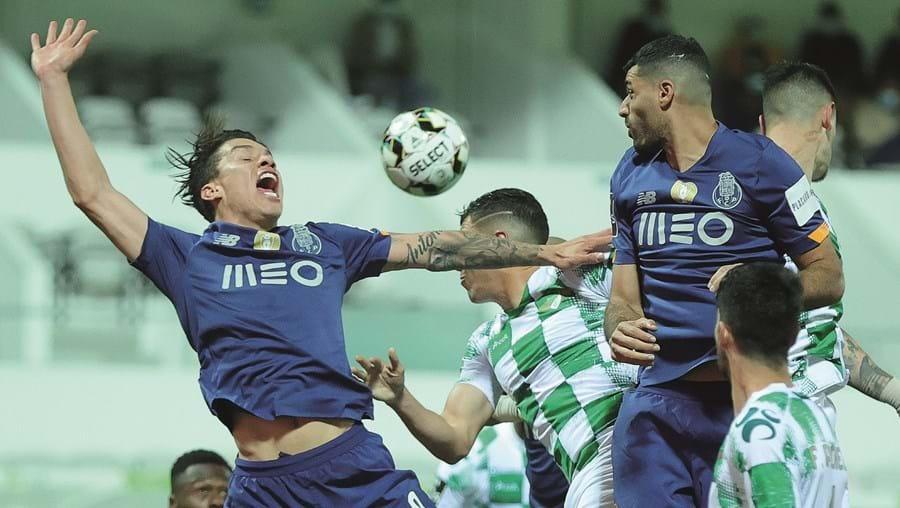 Uribe e Taremi, em lance de ataque da equipa do FC Porto, no jogo em Moreira de Cónegos