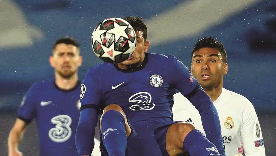Thiago Silva (Chelsea), no ar, cabeceia à frente de Casemiro