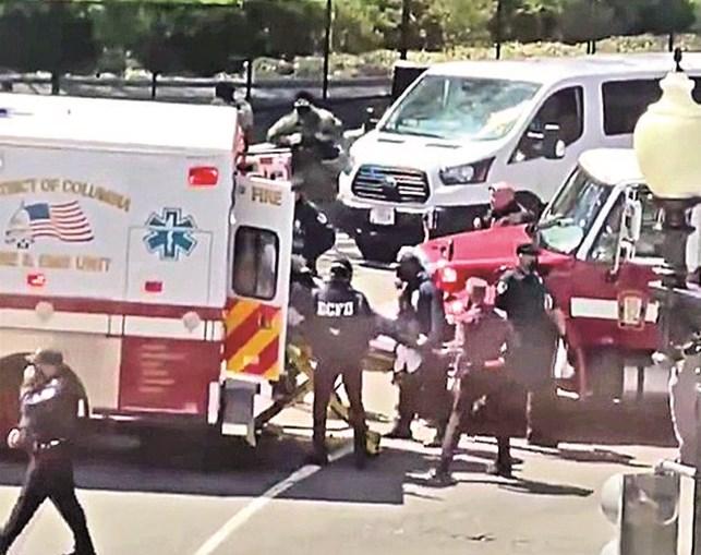 Autor do ataque saiu do caro com uma faca e foi morto