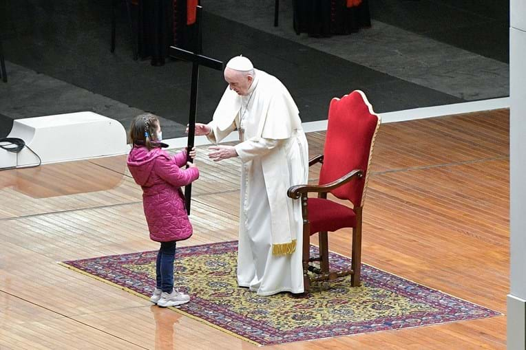 Papa Francisco preside à Via Sacra acompanhado por crianças