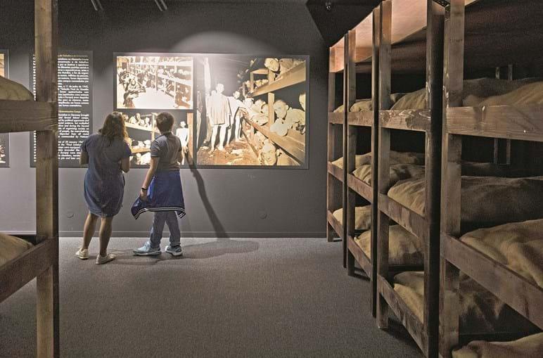 Visitantes na inauguração do Museu do Holocausto no Porto