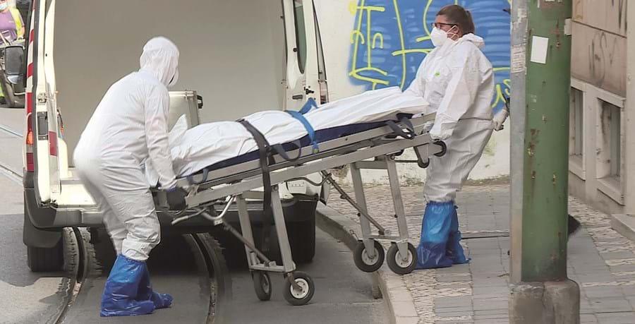 Equipa de bombeiros retirou o cadáver de Maria Helena Ribeiro, de 97 anos, da casa onde esta residia no Dafundo, Oeiras.