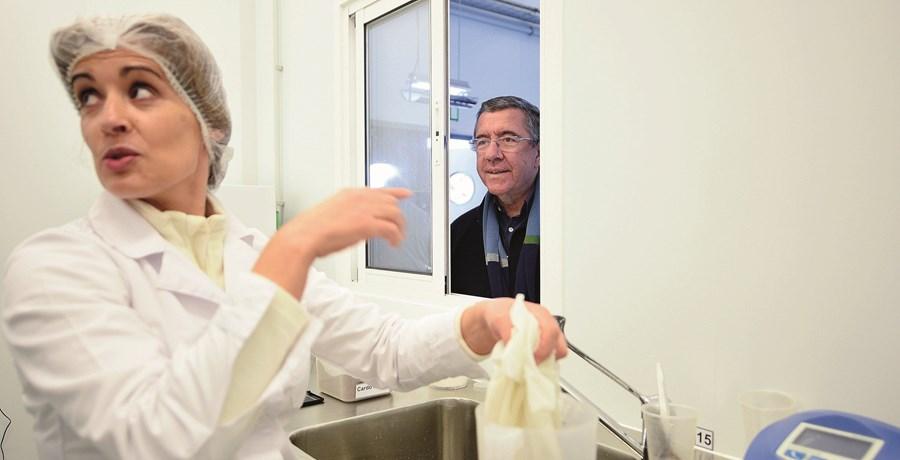 Jorge Coelho, na sua queijaria, um projeto que fundou no concelho natal