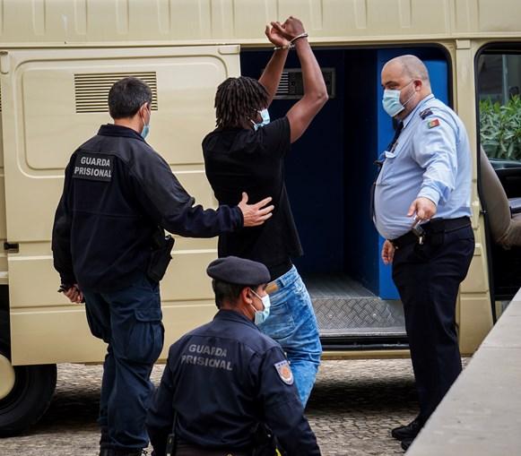 António Tavares, de 21 anos, ontem à saída do Tribunal de Faro, levantou os braços para cumprimentar familiares