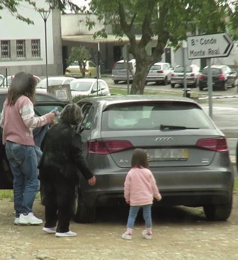 Sara Barradas na chegada à cadeia de Tires com a avó e irmã mais nova