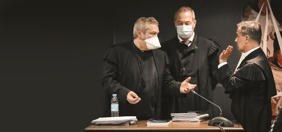 Procuradores Rosário Teixeira e Vítor Pinto com o juiz Ivo Rosa