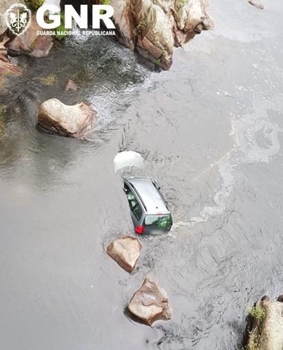 Militar de férias resgata mulher após despiste e queda de carro no rio Mondego. Veja a imagens
