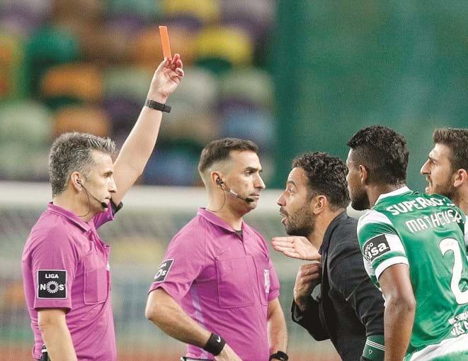 Rui Costa mostrou o cartão vermelho a Rúben Amorim  após o apito final