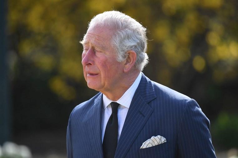 Principe Carlos emocionado ao ver homenagens ao pai