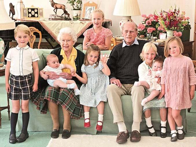 Casa Real partilhou no Instagram uma foto do príncipe Filipe com a rainha e sete bisnetos
